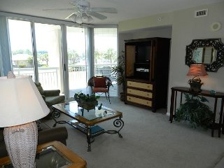 Luxury NorthTower * BareFoot Resort- Marina Views, Giant Salt Water Pool