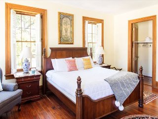 Stay Local in Savannah: Bird Baldwin House with private parking & King bed