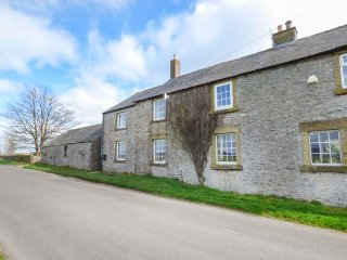 BRETTON VIEW, wonderful views, enclosed garden, pet-friendly, near Tideswell