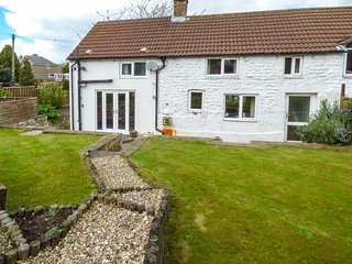THE COTTAGE, white washed cottage, open fire, lawned garden, parking, in Staxton