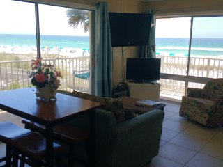Aqua Villa 201, 2BR beach front with private balcony and gorgeous views