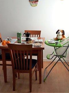 Mesa de 90 x 90 cm extensible a 180 cm y hasta 5 plazas más una trona para bebés, con set de platos