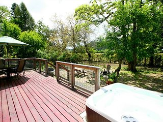 'DeVine River Cottage'Vineyard,Redwoods! 5 min to River!HotTub!