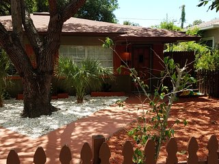 Downtown St. Pete Duplex Apt. - Near Nightlife, Restaurants, the Beaches & MLB !