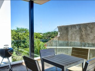 ANAH 2 BR - Great location, Rooftop pool, large balcony and centrally located!