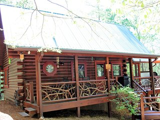 Mountain Laurel Log Cabin with free WIFI