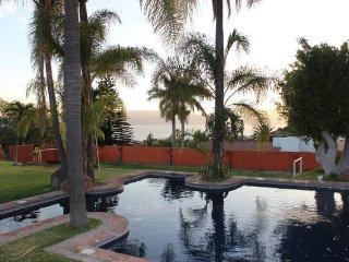 Casa con Alberca, terraza y vistas al lago.