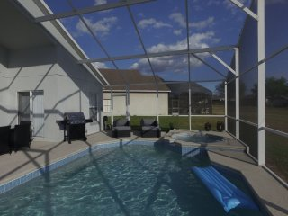 Newly Renovated-5 Bedroom(Sleeps 12) W/Private Pool & Jacuzzi! Close to Disney!