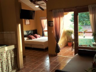 Maracuya|Equipped Flat in Santa Teresa| Wifi + AC + Kitchen |3' walk to beach
