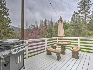 3BR Oakhurst Home w/ Acreage & Private Hot Tub!