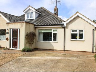 QUAVERHURST, annexe, WiFi, enclosed patio, near Stalham, Ref 944383