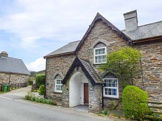 SISKIN, Grade II listed, stone-built, woodburner, dog friendly, in Dinas