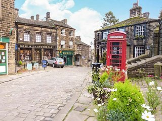 RAIL END COTTAGE village location, king-size double bedroom, WiFi, in Haworth