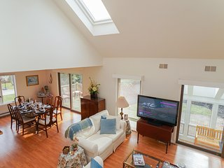 Beautiful 5 Bedroom On The Newport Line; Minutes To Beaches & Downtown Newport!