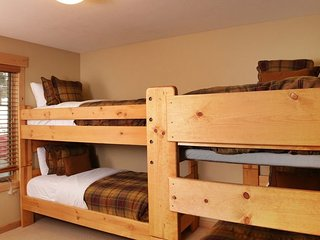 3 Bedroom Chalet, Sleeps 8, Private Hot Tub ~ RA145403