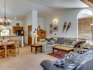 Cozy Mammoth Lakes townhome offering shared hot tub and sauna!
