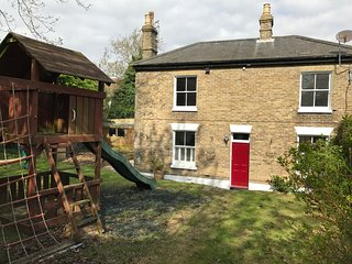 Family and pet friendly cottage in centre of village