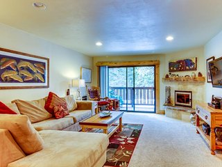 Cozy mountain retreat with shared pool, hot tubs, sauna, & tennis court
