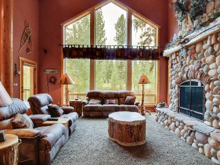 Luxurious log cabin w/ backyard golf course access! 4 mi. to Zim's Hot Springs!