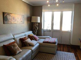 Se alquila bonito y acogedor apartamento con vistas al pueblo y al mar.
