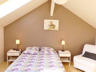 chambre avec 1 lit double 140, un canapé convertible 90 et un bureau