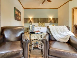 Romantic, dog-friendly cottage with a private hot tub, on Main Street!