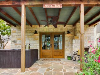 Dog-friendly cabin w/a private hot tub, wet bar, & more!