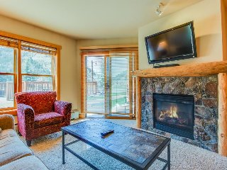 Walk to lifts from outdoor lovers' condo w/ shared hot tub and sauna!