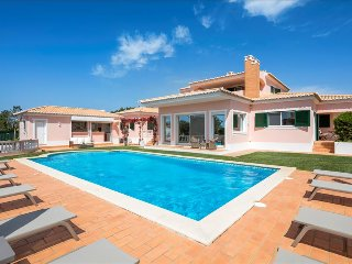 Villa Rosmaninho - 5 bedrooms, outdoor kitchen and stunning gardens. Close to, Lagoa