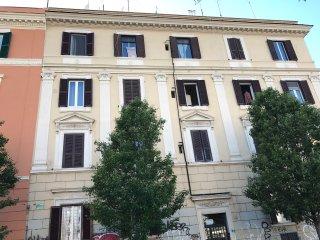 In uno dei quartieri più cool ed attraenti della città, adiacente zona pedonale, Rome