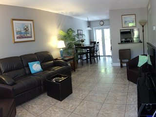 Victoria Park Tropical Oasis ~  2/1 ~ Mins to Beach  ~NO DAMAGE DEPOSIT REQUIRED, Fort Lauderdale