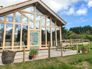 THE TRACTOR SHED, luxurious barn conversion, woodburning stove, countryside view