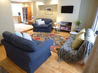 RIVERSIDE, spacious property, roof terrace, WiFi, in Monmouth, Ref 950628