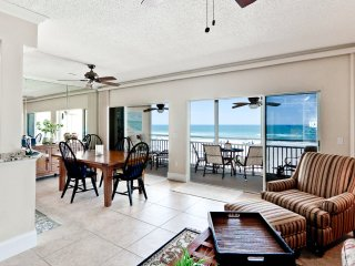 Save $300/wk 11/26-12/19: 5-⭐️ Beachfront Condo on Anna Maria Island