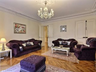 ICONIC LUXURY~3BR/3BATH &BALCONY IN CHAMPS ELYSEES