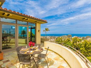 Breathtaking Ocean Views, Private Pool/Jacuzzi & Walk to Town