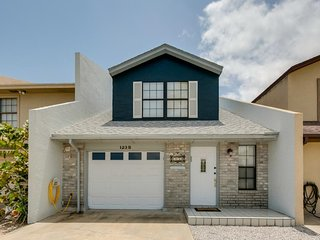 Beautiful dog-friendly townhome w/ large deck, grill & patio - near the beach!