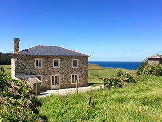 Prairie Sur la Mer...Country living on the sea...walk to deserted beaches!, Ortigueira