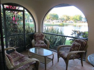Tranquil lake view townhouse, 3 miles to the beach