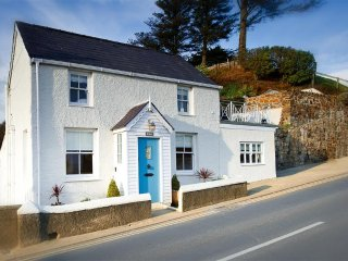 Mona: Detached cottage opposite Abersoch Harbour Beach with superb views(MONAXX)