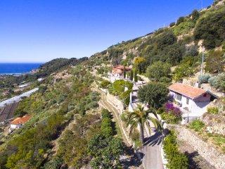 Une petite maison indépendante nichée dans la colline avec une vue époustouflant
