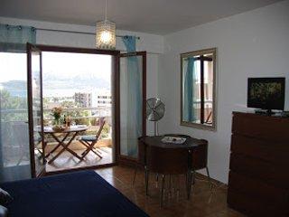 Studio 200 m de la plage avec vue mer, citadelle, montagne et jardin attenant