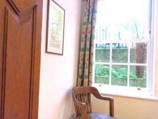suite 2 rooms + own bathroom sleeps 1-5 central London parking
