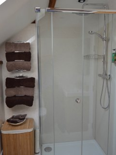 Powerful shower and loads of hot water. Toiletries provided.