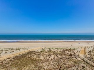 Oceanfront getaway w/ two balconies, shared pool & tennis courts, beach access