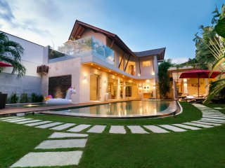 ★★ TROPICAL VILLA CENTRAL SEMINYAK ★★ NEAR BEACH w/STAFF ★★ Sleeps 11 ★★