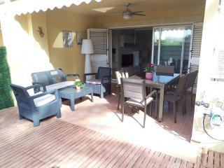 Apartamento reformado con 2 habitaciones y terrazas privadas. Piscina y garaje.