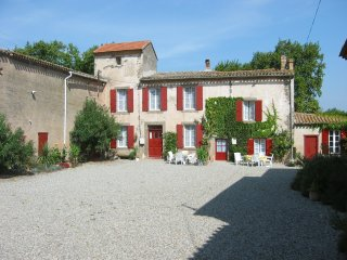 Lovely cottage with pool in ancient wine domaine