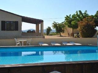 Le Soleil Souriant : gites avec piscine sud Ardeche Banne