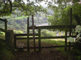 The Retreat - secluded - by hidden valley with walks, lakes and mystery Mansion